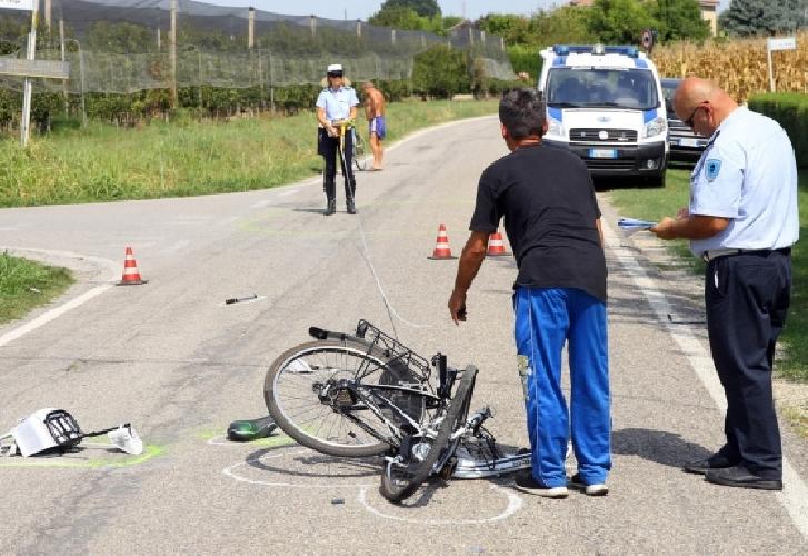 http://www.ragusanews.com//immagini_articoli/26-03-2017/bici-travolte-auto-vicino-playa-grande-500.jpg