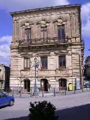 https://www.ragusanews.com//immagini_articoli/26-03-2019/1553587139-il-castello-di-acate-e-palazzo-cocuzza-a-finanziamento-1-240.jpg