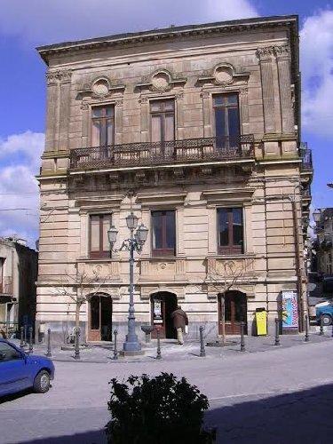 https://www.ragusanews.com//immagini_articoli/26-03-2019/1553587139-il-castello-di-acate-e-palazzo-cocuzza-a-finanziamento-1-500.jpg