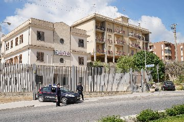 https://www.ragusanews.com//immagini_articoli/26-03-2020/denunce-per-inosservanza-decreti-aggredisce-i-carabinieri-arrestato-240.jpg