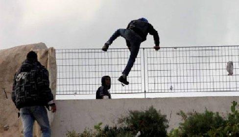 https://www.ragusanews.com//immagini_articoli/26-03-2021/sicilia-nuova-variante-africana-su-un-altro-16enne-scappato-da-pozzallo-280.jpg