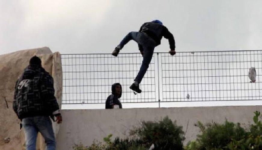 https://www.ragusanews.com//immagini_articoli/26-03-2021/sicilia-nuova-variante-africana-su-un-altro-16enne-scappato-da-pozzallo-500.jpg