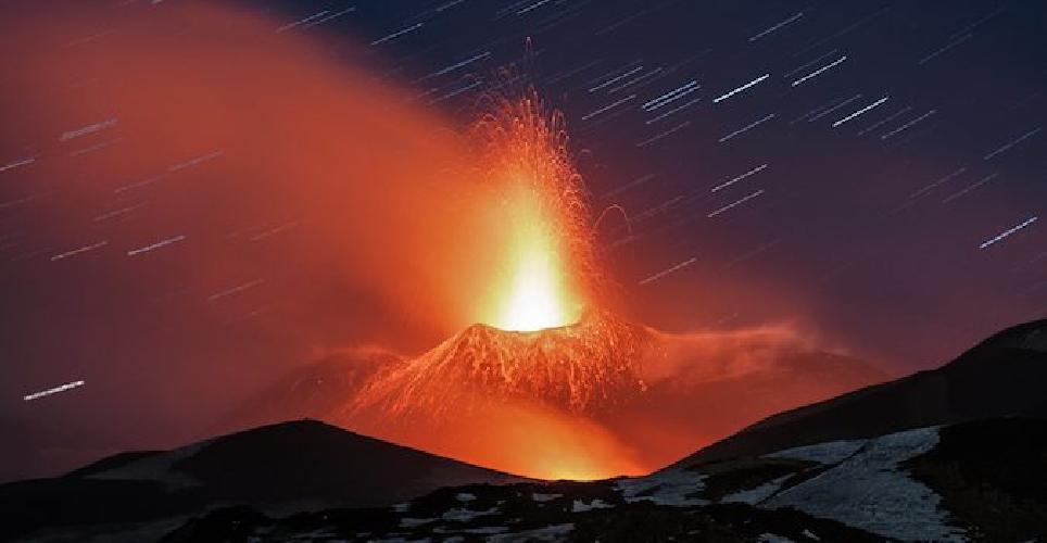 http://www.ragusanews.com//immagini_articoli/26-04-2017/foto-giorno-nasa-siracusano-luce-fuoco-etna-500.jpg