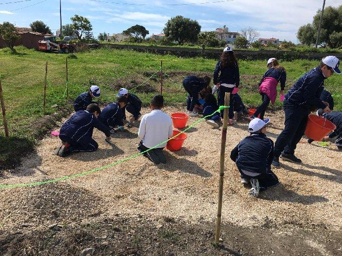 https://www.ragusanews.com//immagini_articoli/26-04-2019/a-naxos-e-taormina-i-bambini-imparano-il-mestiere-di-archeologo-500.jpg