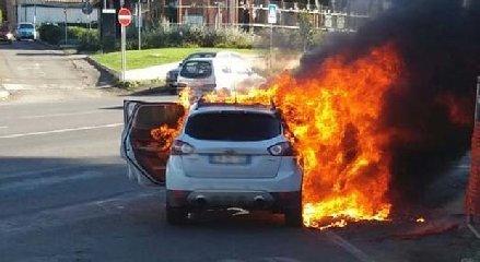 https://www.ragusanews.com//immagini_articoli/26-04-2019/auto-a-fuoco-davanti-lidl-di-vittoria-240.jpg