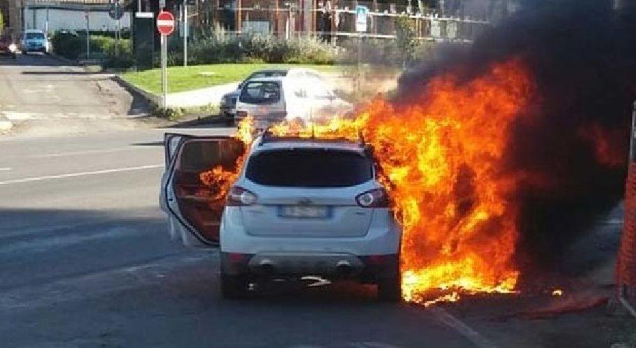 https://www.ragusanews.com//immagini_articoli/26-04-2019/auto-a-fuoco-davanti-lidl-di-vittoria-500.jpg