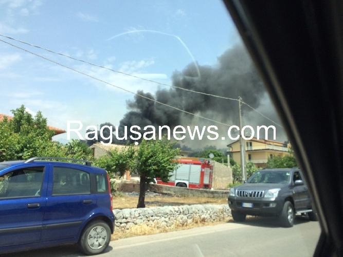 http://www.ragusanews.com//immagini_articoli/26-05-2015/incendio-a-quartarella-500.jpg