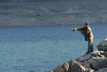 http://www.ragusanews.com//immagini_articoli/26-05-2017/pescatori-abusivi-porto-pozzallo-240.jpg