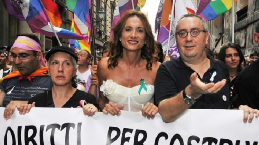 http://www.ragusanews.com//immagini_articoli/26-05-2017/vladimir-luxuria-siracusa-pride-500.jpg