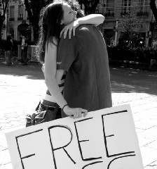 https://www.ragusanews.com//immagini_articoli/26-05-2020/ma-ci-si-puo-abbracciare-per-strada-240.jpg