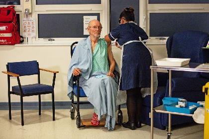 https://www.ragusanews.com//immagini_articoli/26-05-2021/e-morto-william-shakespeare-il-primo-uomo-a-vaccinarsi-contro-il-covid-280.jpg
