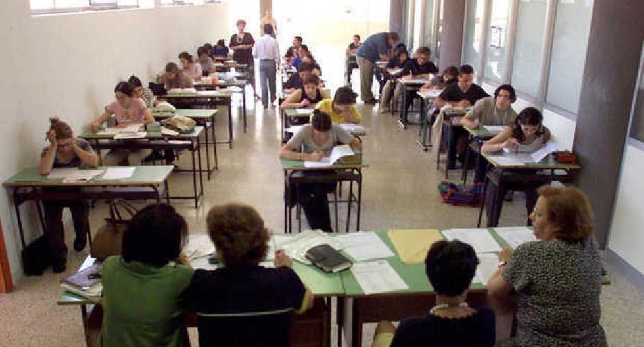 http://www.ragusanews.com//immagini_articoli/26-06-2015/diplomi-facili-studenti-alla-maturita-sorvegliati-da-finanza-500.jpg