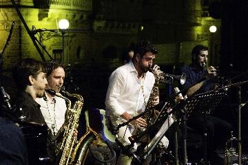 http://www.ragusanews.com//immagini_articoli/26-06-2017/francesco-cafiso-chiude-vittoria-jazz-fest-240.jpg