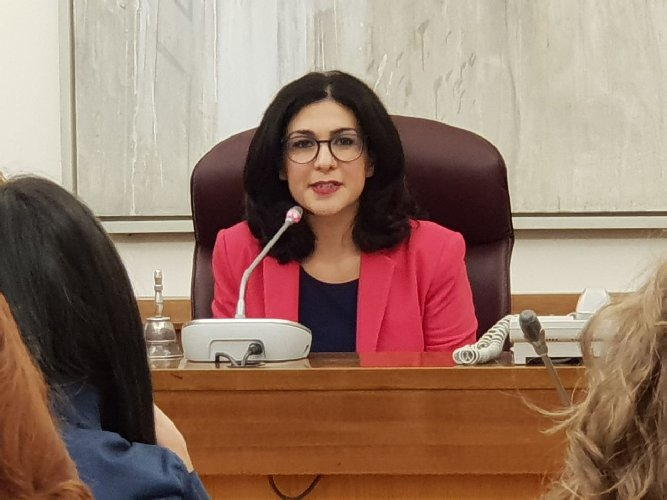 https://www.ragusanews.com//immagini_articoli/26-06-2018/marialucia-lorefice-rinuncia-indennita-presidente-commissione-500.jpg