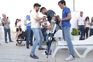 https://www.ragusanews.com//immagini_articoli/26-06-2019/1561552649-grazie-all-esoscheletro-dopo-13-anni-andrea-a-camminare-video-1-240.jpg