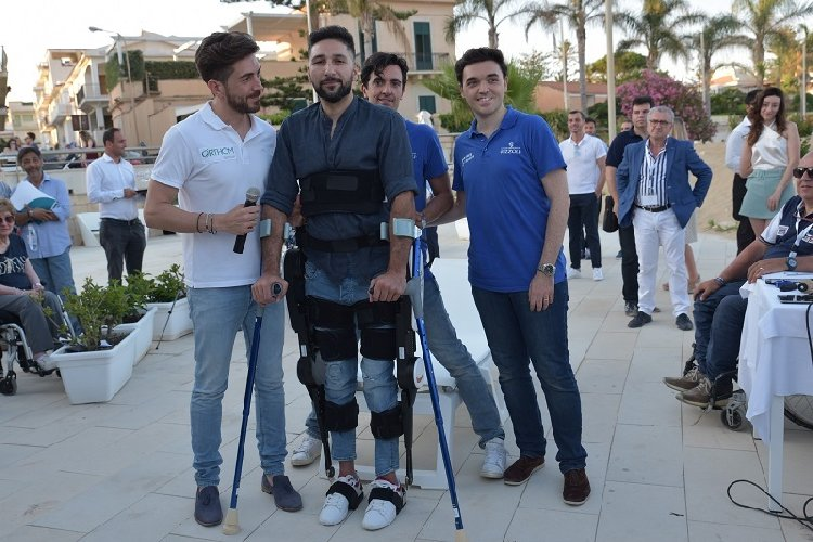 https://www.ragusanews.com//immagini_articoli/26-06-2019/grazie-all-esoscheletro-dopo-13-anni-andrea-a-camminare-video-500.jpg
