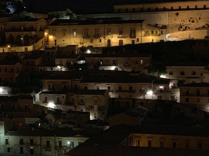 https://www.ragusanews.com//immagini_articoli/26-06-2019/italia-nostra-no-luci-fredde-a-led-centro-storico-di-modica-500.jpg