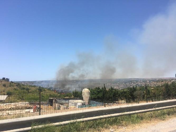 https://www.ragusanews.com//immagini_articoli/26-06-2020/grosso-incendio-alla-periferia-di-scicli-500.jpg