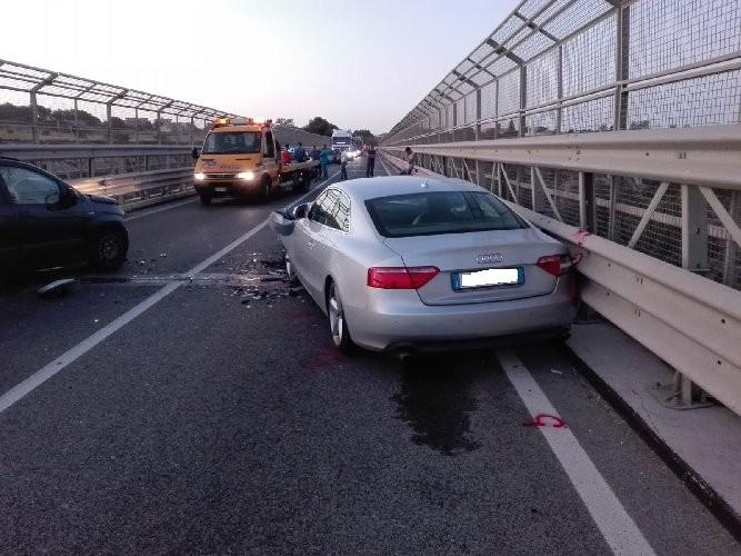 https://www.ragusanews.com//immagini_articoli/26-06-2020/tamponamento-sul-ponte-guerrieri-traffico-in-tilt-500.jpg