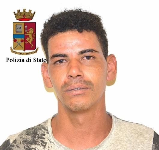 http://www.ragusanews.com//immagini_articoli/26-07-2016/brandiva-un-coltello-di-40-centimetri-arrestato-tunisino-500.jpg