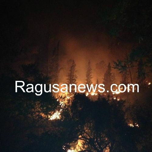 http://www.ragusanews.com//immagini_articoli/26-07-2016/vasto-incendio-fra-chiaramonte-e-monterosso-vicino-monte-casasia-500.jpg