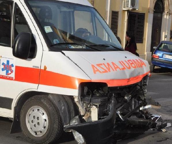 https://www.ragusanews.com//immagini_articoli/26-07-2017/ambulanza-tampona-mezzo-pompieri-modicapozzallo-500.jpg