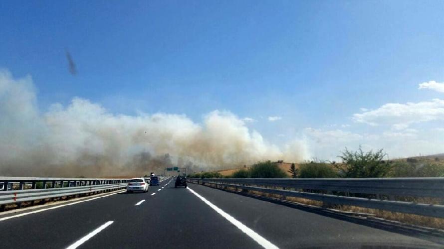 http://www.ragusanews.com//immagini_articoli/26-07-2017/incendio-chiusa-modicapozzallo-500.jpg