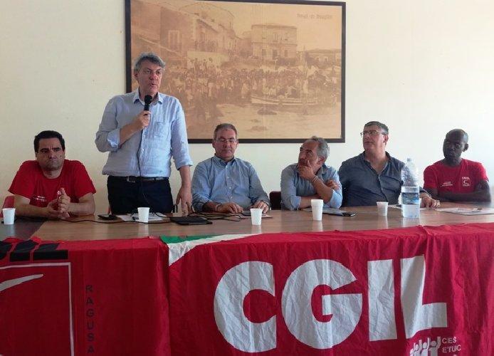 https://www.ragusanews.com//immagini_articoli/26-07-2018/maurizio-landini-incontra-agricoltori-scoglitti-500.jpg