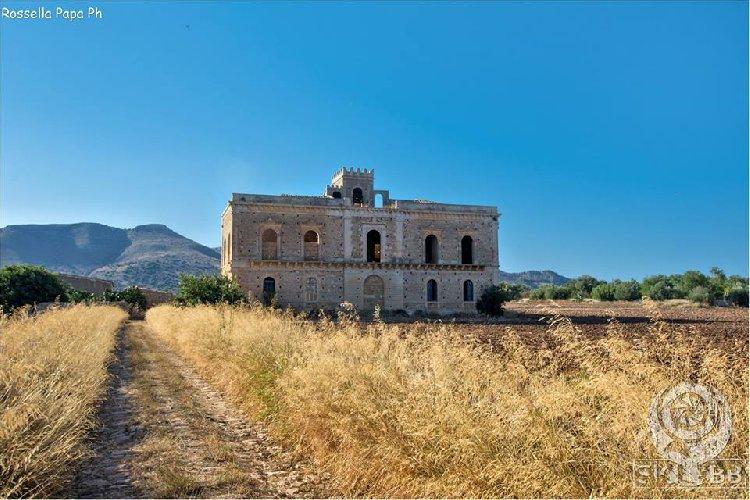 https://www.ragusanews.com//immagini_articoli/26-07-2018/sicilia-abbandonata-avola-villa-chiusa-carlo-video-500.jpg