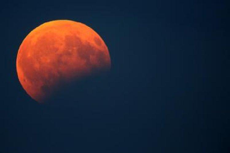 https://www.ragusanews.com//immagini_articoli/26-07-2018/super-eclissi-luna-visibile-domani-anche-sicilia-500.jpg