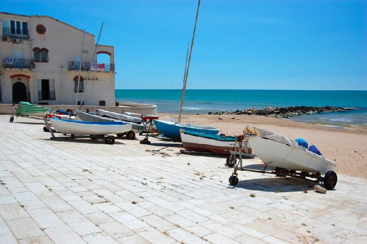 https://www.ragusanews.com//immagini_articoli/26-07-2018/varcuzze-spiaggia-varcuzze-marina-ragusa-500.jpg