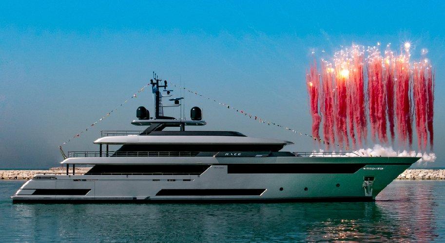 https://www.ragusanews.com//immagini_articoli/26-07-2019/yacht-e-arrivato-il-figlio-di-enzo-ferrari-500.jpg