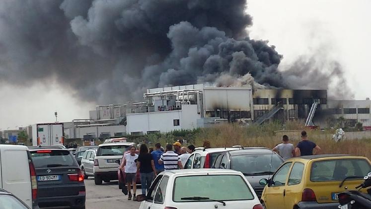 http://www.ragusanews.com//immagini_articoli/26-08-2016/un-pompiere-di-scicli-intossicato-nell-incendio-dell-avimecc-420.jpg
