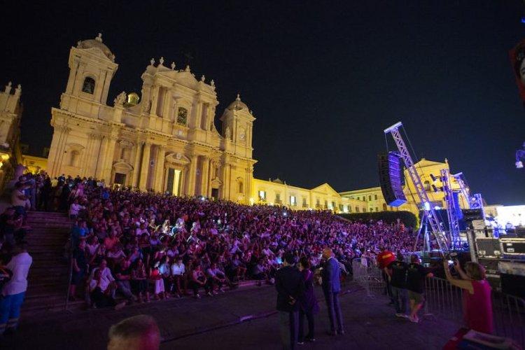 https://www.ragusanews.com//immagini_articoli/26-08-2018/1535301850-francesco-gregori-omaggia-lucio-canta-gesu-bambino-1-500.jpg