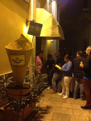 https://www.ragusanews.com//immagini_articoli/26-08-2018/ibla-street-food-cibo-passeggio-ragusa-500.jpg