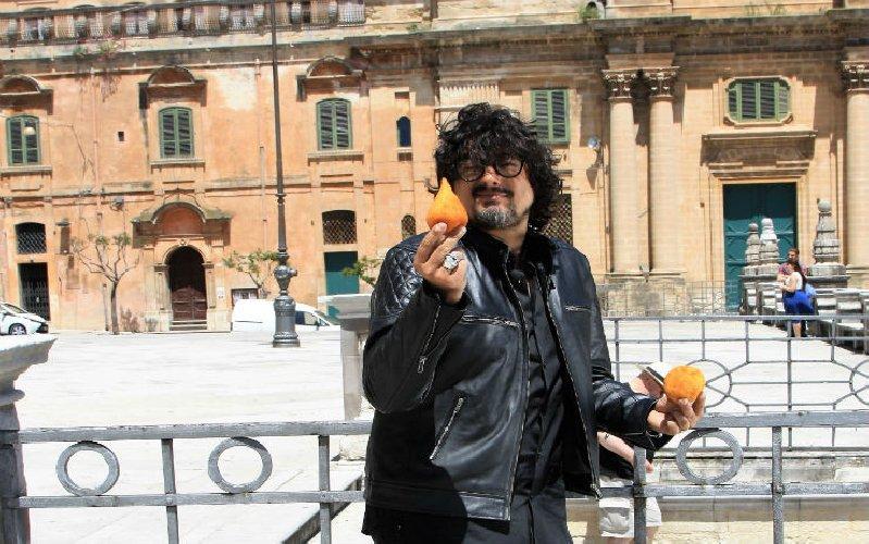https://www.ragusanews.com//immagini_articoli/26-09-2018/alessandro-borghese-esco-pazzo-street-food-siciliano-500.jpg