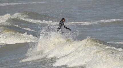 https://www.ragusanews.com//immagini_articoli/26-09-2020/marina-di-ragusa-salvato-un-surfista-240.jpg