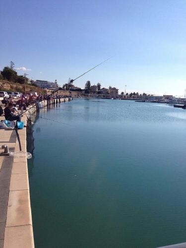 http://www.ragusanews.com//immagini_articoli/26-10-2014/canne-da-pesca-al-porto-di-marina-di-ragusa-500.jpg