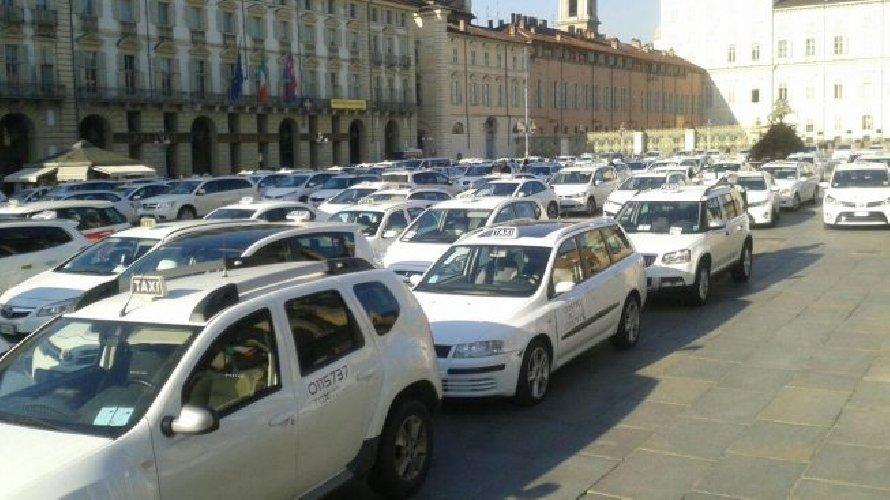 https://www.ragusanews.com//immagini_articoli/26-10-2020/cresce-la-protesta-in-italia-i-taxi-invadono-torino-500.jpg