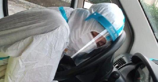 https://www.ragusanews.com//immagini_articoli/26-10-2020/foto-infermiera-siciliana-si-addormenta-in-ambulanza-dopo-il-turno-280.jpg