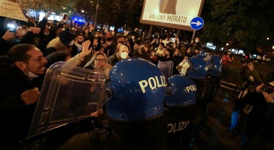 https://www.ragusanews.com//immagini_articoli/26-10-2020/nuova-protesta-a-napoli-scontri-con-la-polizia-in-centro-500.jpg