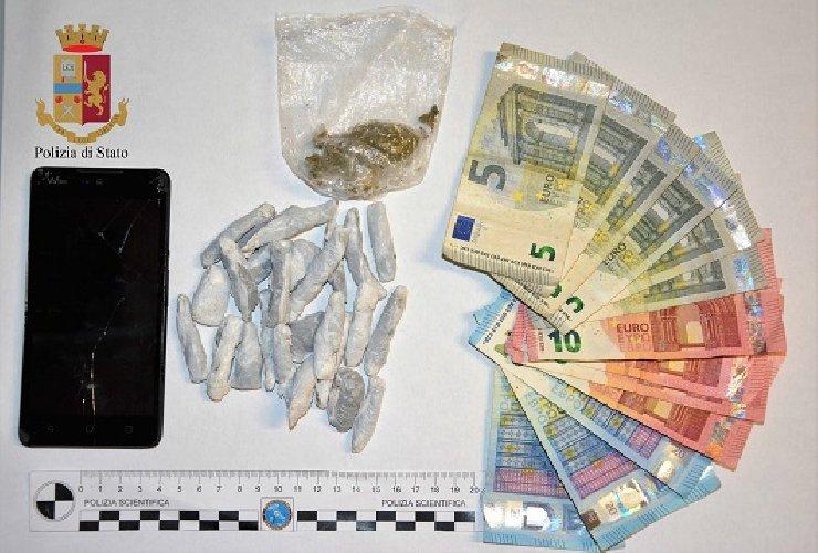 https://www.ragusanews.com//immagini_articoli/26-11-2018/spaccio-droga-minorenne-bloccato-dosi-500.jpg