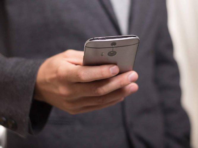 Con falsi sms svuotano i conti correnti e insultano: