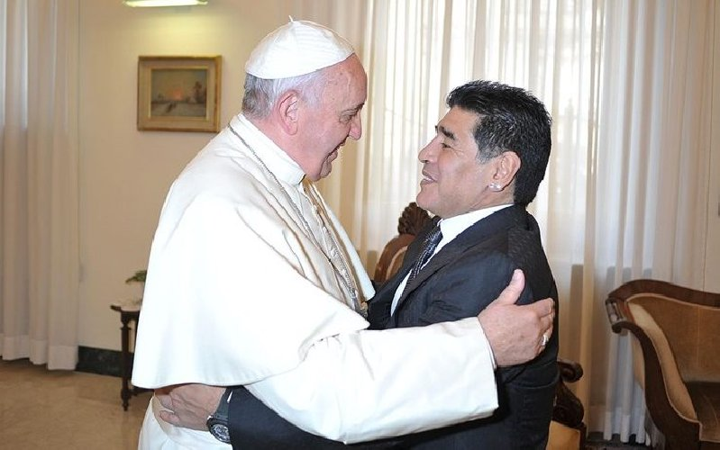 https://www.ragusanews.com//immagini_articoli/26-11-2020/papa-francesco-e-maradona-in-9-metri-quadri-don-t-cry-for-me-argentina-500.jpg