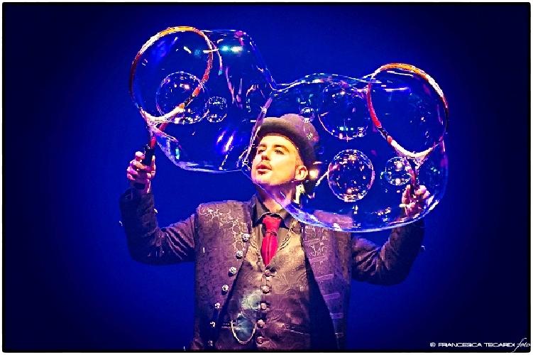 http://www.ragusanews.com//immagini_articoli/26-12-2014/bolle-di-sapone-al-teatro-garibaldi-500.jpg
