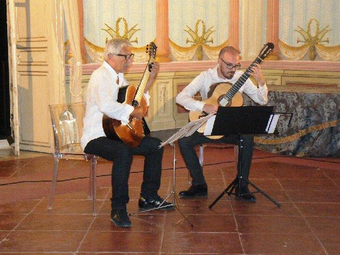 https://www.ragusanews.com//immagini_articoli/26-12-2017/tiempo-guitarras-noto-500.jpg