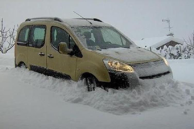 http://www.ragusanews.com//immagini_articoli/27-01-2014/etna-coppia-ragusana-con-neonato-bloccata-in-auto-per-la-neve-500.jpg
