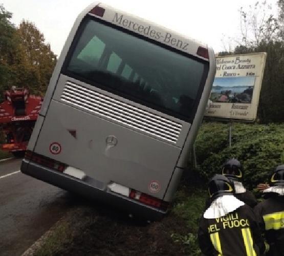 http://www.ragusanews.com//immagini_articoli/27-01-2015/autista-accusa-malore-bus-fuoristrada-500.jpg