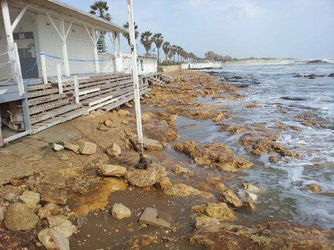 http://www.ragusanews.com//immagini_articoli/27-01-2015/marina-di-ragusa-la-spiaggia-rosicata-dal-mare-500.jpg