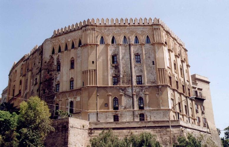 http://www.ragusanews.com//immagini_articoli/27-01-2015/se-una-visita-a-palazzo-dei-normanni-costa-quanto-il-louvre-500.jpg